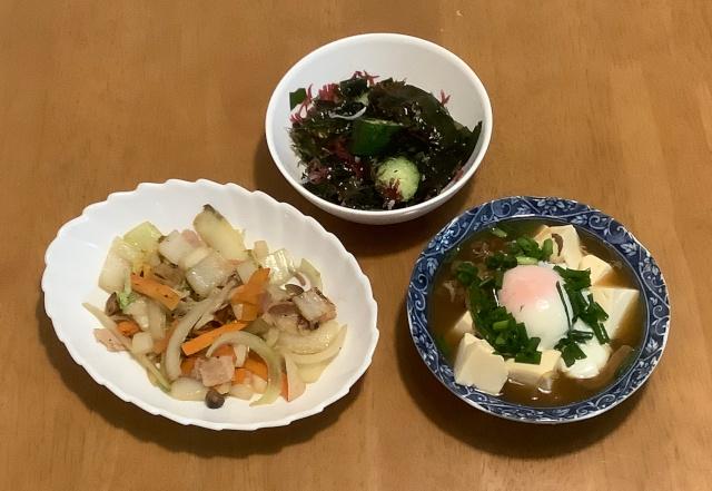 牛肉豆腐+ベーコンと野菜の五目炒め+胡瓜と海藻のポン酢がけ