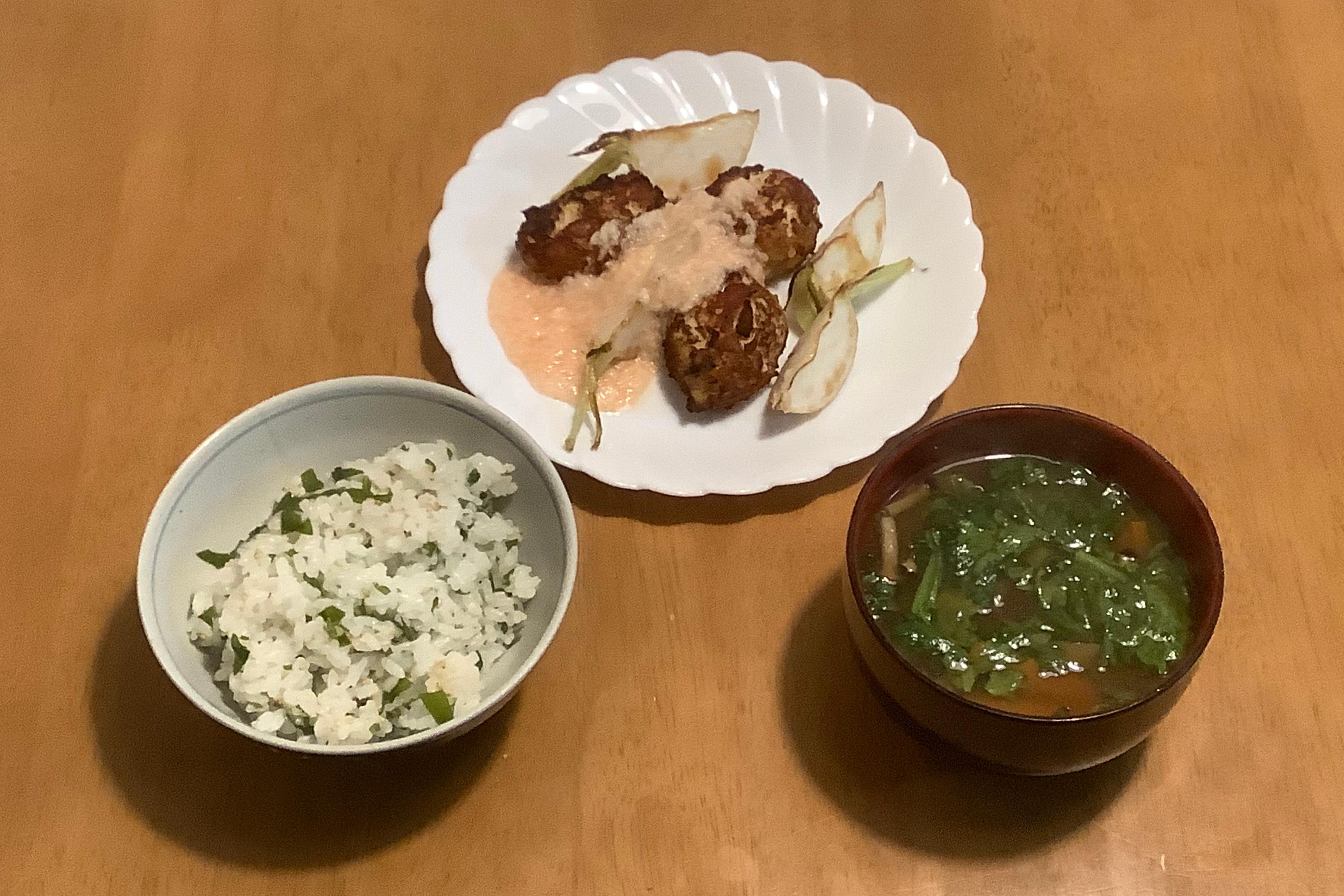 鶏つくねの明太子とろろがけ+春菊の香味野菜汁+わかめごはん